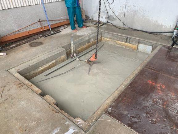 隣の水槽から一気に泥水が流れ込んでくる
