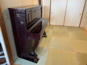琉球畳の上にピアノ