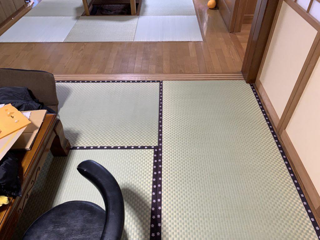縁付きの8畳からこたつの部屋を見る